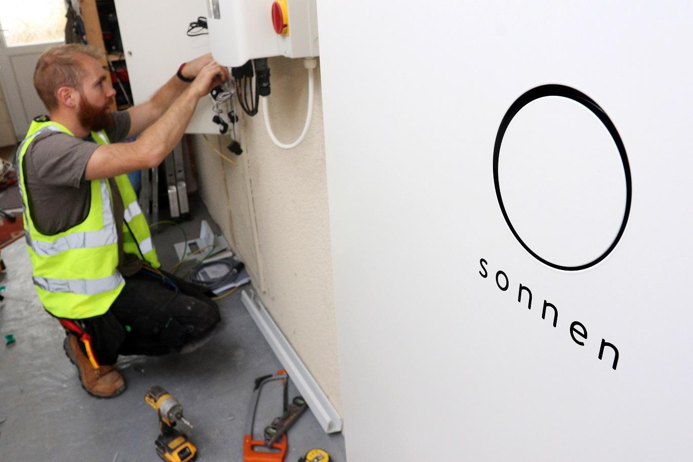 Shell και Sonnen ανταγωνίζονται την Tesla στον τομέα των οικιακών μπαταριών