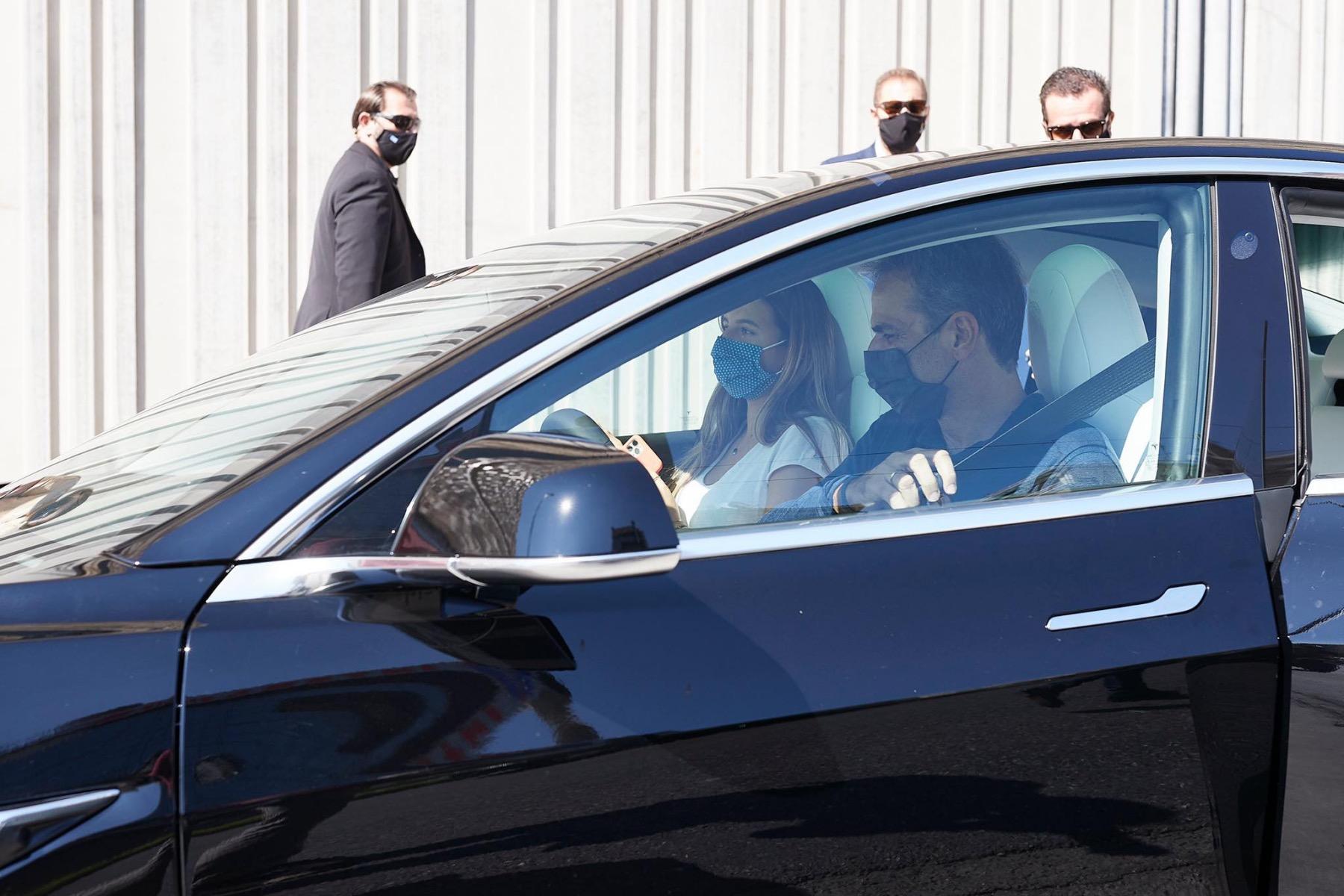 Ο Πρωθυπουργός της Ελλάδας Κυριάκος Μητσοτάκης οδηγεί το Tesla Model 3 [photos]