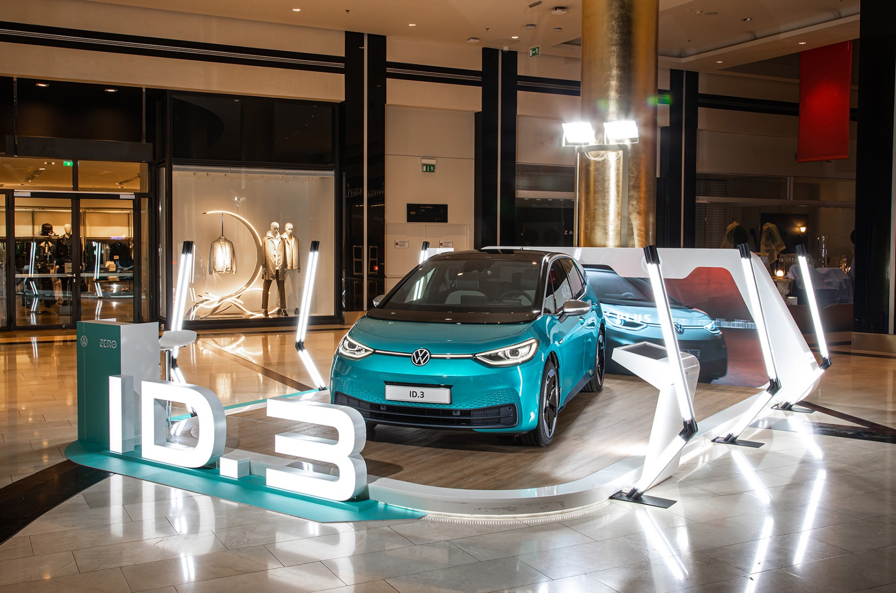 Το Volkswagen ID.3 συναντά το Tesla Model 3 στο εμπορικό κέντρο Golden Hall στο Μαρούσι