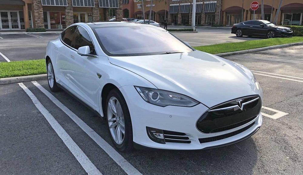 Ένας τυχερός οδηγός αγόρασε το Tesla Model S για μόλις 15.000 δολάρια