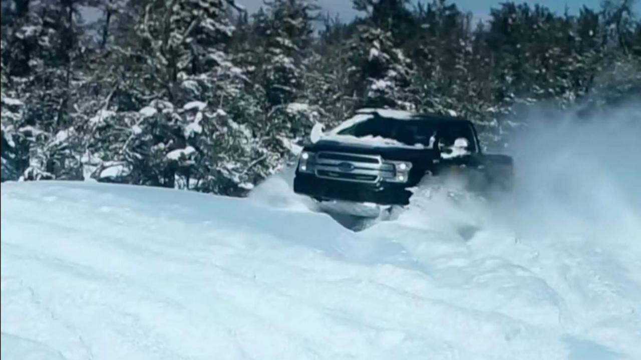 Τα δύο ηλεκτρικά αυτοκίνητα παίζουν στο χιόνι (βίντεο)