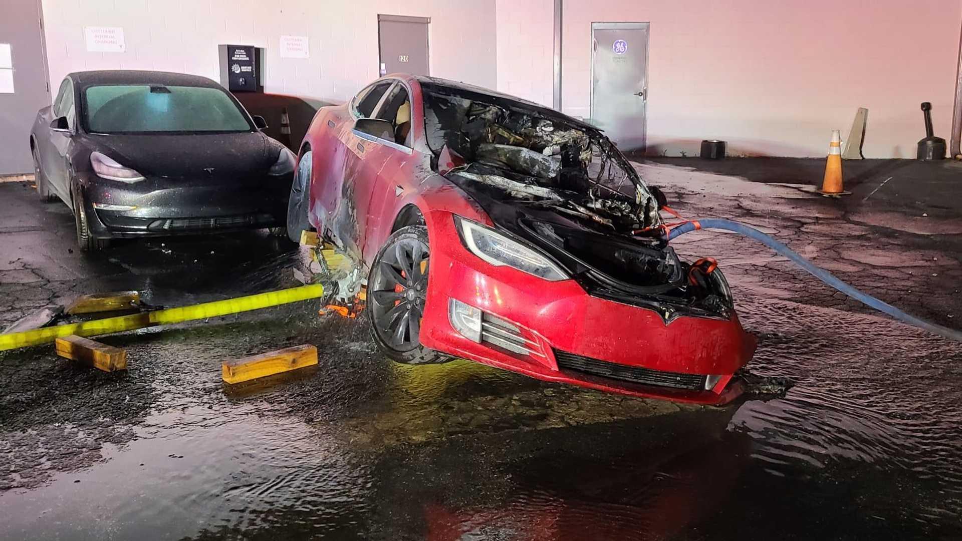 Ένα Tesla Model S P100D πιάνει φωτιά στις ΗΠΑ